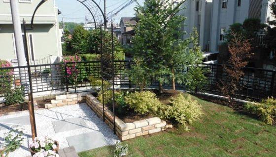 広い芝生と花壇のイングリッシュガーデン