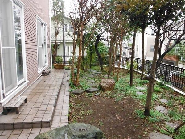 広い芝生と花壇のイングリッシュガーデン 施工前の様子