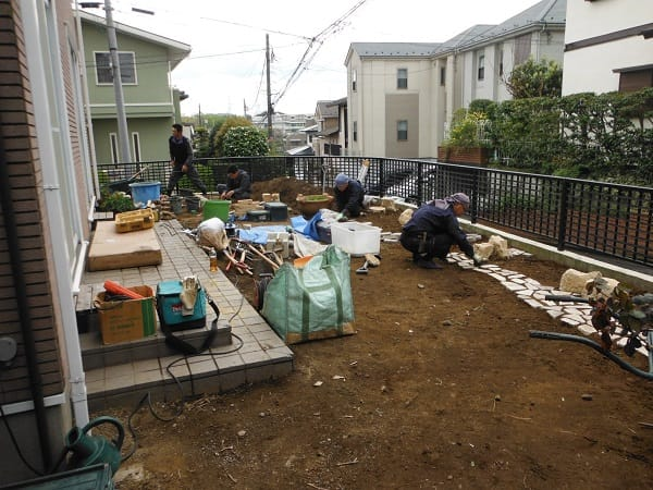 広い芝生と花壇のイングリッシュガーデン 施工中の様子