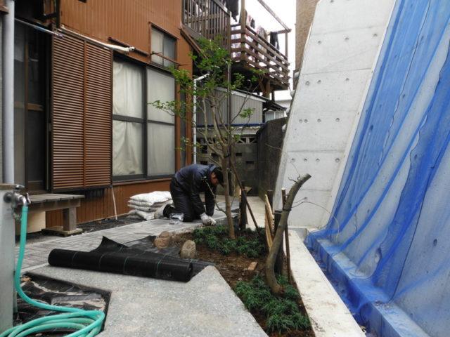 明るく歩きやすいお庭へ 施工中の様子