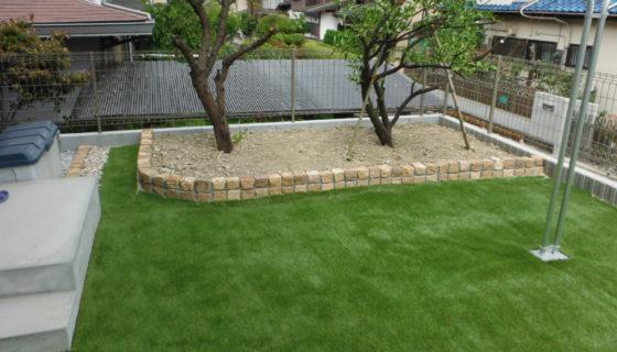 リアル人工芝と砂岩キューブの花壇