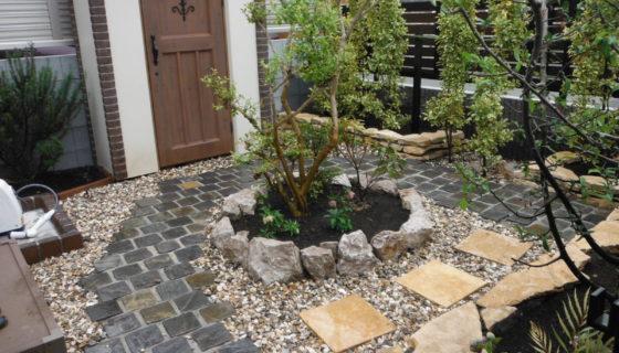 石畳のかわいいお庭