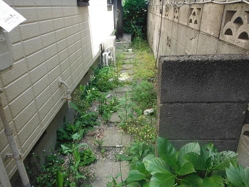 人工芝と真砂土舗装で雑草対策 施工前の様子