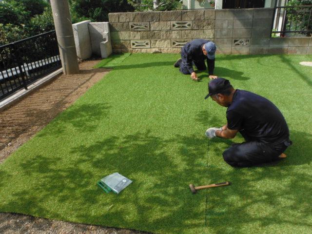 人工芝と真砂土舗装で雑草対策 施工中の様子